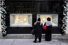 <p>Shoppers look at a display window at luxury goods retailer Bergdorf Goodman in New York, November 21, 2007. REUTERS/Jacob Silberberg</p>