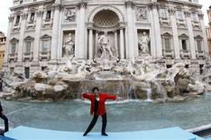 <p>Liza Minnelli performs in front of the Trevi fountain during the presentation of her Italian tour in Rome October 2, 2008. REUTERS/Tony Gentile</p>