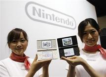 <p>Promotoras da Nintendo posa com o novo aparelho de jogos portátil DS, depois de uma coletiva de imprensa em Tóquio, dia 2 de outubro. O aparelho pode tirar fotos e tocar música, e é uma tentativa de sedimentar sua liderança contra o PlayStation Portable (SPS), da Sony, e se esgueirando pelo território do iPod e do iPhone, da Apple. REUTERS/Kim Kyung-Hoon (JAPAN)</p>