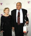 """<p>Foto de archivo del actor estadounidense James Earl Jones y su esposa, Cecilia Hart, a su llegada a la obra """"Love Letters"""" en los Estudios Paramount en Los Angeles, EEUU, 1 dic 2007. REUTERS/Mario Anzuoni</p>"""