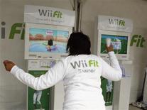 <p>Foto de archivo de una mujer jugando con el Wii Fit de Nintendo, Nueva York, EEUU, 19 mayo 2008. REUTERS/Shannon Stapleton</p>