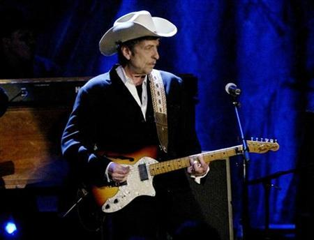 Rock musician Bob Dylan performs at the Wiltern Theatre in Los Angeles, May 5, 2004. REUTERS/Robert Galbraith