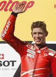 <p>L'australiano Casey Stoner, pilota di MotoGp della Ducati, sul podio dopo la vittoria a Phillip Island. REUTERS/Mick Tsikas</p>