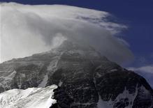 <p>Lancio col paracadute senza precedenti sull'Everest. REUTERS/David Gray</p>