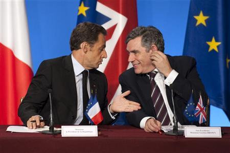 France's President Nicolas Sarkozy (L) speaks with British Prime Minister Gordon Brown during a news conference following a summit to discuss the international financial crisis at the Elysee Palace, October 4, 2008. REUTERS/Philippe Wojazer
