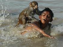 <p>Foto de archivo de un niño y su mascota en el río Indo en Sukkur, Pakistán, 3 mayo 2007. REUTERS/Stringer</p>