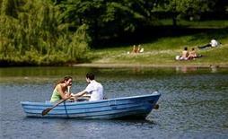 <p>Foto de archivo de una pareja dando un paseo en bote en el parque Regent en Londres, 13 mayo 2008. REUTERS/Alessia Pierdomenico</p>