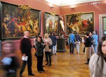 <p>Foto de archivo de visitantes de la exhibición de obras del pintor Peter Paul Rubens en Viena, 5 dic 2004. Un importante boceto del maestro flamenco Peter Paul Rubens valorado en más de 11 millones de libras (20 millones de dólares) se exhibirá de forma permanente al público en Gran Bretaña tras ser adquirido con fondos privados, públicos y benéficos. REUTERS/ herwig Prammer</p>
