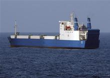 """<p>Украинское судно """"Фаина"""", захваченное сомалийскими пиратами. Сомалийские пираты, захватившие украинское судно """"Фаина"""" с 33 танками и прочими видами вооружений на борту, согласны отпустить его в ближайшие дни за $8 миллионов, сообщил в среду их представитель. (REUTERS/Mass communication Specialist 2nd Class Jason R. Zalasky/U.S. Navy/Handout)</p>"""