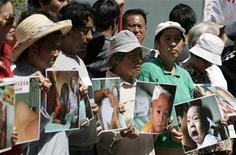<p>Демонстранты держат фотографии детей, постадавших от некачественнного сухого молока, произведенного в Китае, перед китайским консульством в Сиднее, 1 октября 2008 года. Число китайских детей, пострадавших от употребления сухого молока, содержащего меламин, могло увеличиться вдвое с момента, когда Министерство здравоохранения Китая последний раз проводило их подсчет, сообщили местные СМИ. (REUTERS/Daniel Munoz)</p>