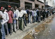 <p>Cittadini dello Zimbabwe in coda per ritirare il loro denaro presso la sede della banca Central African Building Society (CABS), a Harare. REUTERS/Philimon Bulawayo (ZIMBABWE)</p>