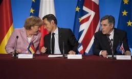 <p>Президент Франции Николя Саркози разговаривает с канцлером Германии Ангелой Меркель в то время, как премьер-министр Великобритании отвечает на вопросы журналистов во время пресс-конференции после саммита в Елисейском дворце в Париже, 4 октября 2008 года Страны Европы, плодящие одна за другой схемы поддержки банков, решили искать более универсальный подход и координировать усилия в борьбе с финансовым кризисом. REUTERS/Philippe Wojazer (FRANCE)</p>