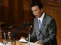 <p>Премьер-министр Японии Таро Ясо произносит свою первую, в качестве главы правительства, речь в Токио, 29 сентября 2008 года Премьер-министр Японии Таро Асо в четверг предложил правящей Либерально-демократической партии подготовить еще один пакет мер для стимулирования экономики в дополнение к предложенному ранее плану стоимостью $18 миллиардов. REUTERS/Yuriko Nakao (JAPAN)</p>