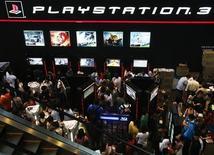<p>Огромное количество людей пришло в ларек Sony Playstation на IT шоу в Сингапуре, 7 марта 2008 года. Sony Corp сообщила в четверг, что начнет продажи игровой приставки PlayStation 3 в Японии в конце октября по цене 398 долларов. REUTERS/Vivek Prakash (SINGAPORE)</p>