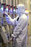 <p>Micron Technology va réduire ses effectifs d'environ 15% d'ici deux ans pour répondre à la baisse de la demande et à la surabondance de mémoires NAND. /Photo d'archives/REUTERS/Micron Technology/Handout</p>
