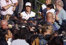 <p>O piloto de Fórmula 1 Fernando Alonso (centro), da Espanha, aparece em meio a jornalistas na área de imprensa antes do Grande Prêmio do Japão, no domingo, no dia 9 de outubro. O piloto disse na quinta-feira que ainda tem chances de deixar a Renault, embora haja cada vez menos opções disponíveis para 2009. REUTERS/Toru Hanai (JAPAN)</p>