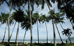 <p>Foto de archivo de playa Tamarindo en Santa Cruz de Guanacaste, al norte de San José, 29 abr 2008. El cambio climático pronto podría hacer que los trópicos sean demasiado cálidos para muchas especies nativas, las que se verían obligadas a buscar terrenos más elevados para escapar del calor, dijeron el jueves investigadores estadounidenses. REUTERS/Juan Carlos Ulate</p>