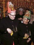 <p>Foto de archivo del ex presidente de Finlandia, Martti Ahtisaari y el vicepresidente indonesio Yusuf Kalla en Banda Aceh, en una celebración para marcar el primer tratado de paz entre el Gobierno indonesio y el movimiento separatista de Aceh, 15 ago 2006. Ahtisaari ganó el viernes el Premio Nobel de la Paz 2008 por su extensa carrera como mediador de paz, que incluye un acuerdo entre Indonesia y sus rebeldes en la provincia de Aceh logrado en el 2005. REUTERS/Dadang Tri/Files (INDONESIA)</p>