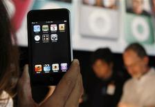 <p>iPod Touch é exibido em lançamento do aparelho em evento este ano em San Francisco. A Apple dominou a premiação anual da revista de tecnologia britânica T3, conquistando quatro dos principais prêmios. O player de mídia digital da empresa, iPod Touch, ficou com o troféu de aparelho do ano.</p>
