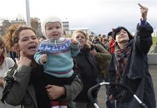 <p>Uma mulher gesticula durante um protesto fora do banco central da Islândia, no dia 10 de outubro. O cenário e a fauna são lindos, mas a situação financeira precisa de reparos -- retirar pessoalmente. A Islândia, que pediu à Rússia um empréstimo de 4 bilhões de euros (5,49 bilhões de dólares) para ajudar seus bancos falidos, foi posta à venda no eBay na sexta-feira. REUTERS/Icelandic Photo Agency (ICELAND) TEMPLATE OUT. NO THIRD PARTY SALES. NOT FOR USE BY REUTERS THIRD PARTY DISTRIBUTORS. ICELAND OUT. NO COMMERCIAL OR EDITORIAL SALES IN ICELAND.</p>