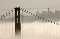 <p>Foto de archivo de la neblina en el puente Golden Gate visto desde Sausalito, California, EEUU, 24 sep 2008. El panel de California que supervisa el Golden Gate decidió el viernes instalar una red de contención que atrape a quienes intenten suicidarse lanzándose desde el famoso puente. REUTERS/Robert Galbraith</p>