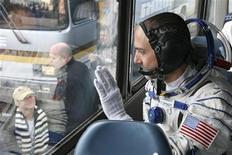 <p>Il turista spaziale Richard Garriott saluta la fidanzata prima del decollo della navicella. REUTERS/Sergei Remezov</p>