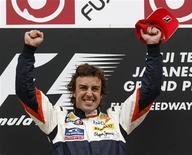 <p>O piloto da Renault, Fernando Alonso, da Espanha, celebra vitória no grande prêmio do Japão de Fórmula 1, no dia 12 de outubro. O espanhol retomou seu antigo romance com a Renault depois de sua segunda vitória consecutiva na temporada, neste domingo, no GP do Japão. REUTERS/Issei Kato (JAPAN)</p>