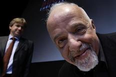 <p>Autor brasileiro Paulo Coelho e o diretor da Feira do Livro de Frankfurt antes de entrevista coletiva na Alemanha, nesta terça-feira. REUTERS/Alex Grimm</p>