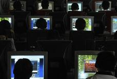<p>People use computers at an Internet cafe in Changzhi, north China's Shanxi province June 20, 2007. REUTERS/Stringer</p>