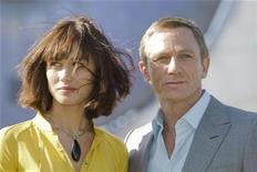 """<p>Foto de archivo del actor Daniel Craig y Olga Kurylenko, del filme número 22 de James Bond, """"Quantum of Solace"""", en Bregenz, 6 mayo 2008. El Festival de Cine de Londres comenzó el miércoles con el estreno mundial de """"Frost/Nixon"""", una película basada en una obra teatral sobre una dramática serie de entrevistas televisivas con Richard Nixon en 1977. REUTERS/Miro Kuzmanovic (AUSTRIA)</p>"""