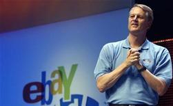 <p>Foto de archivo del presidente ejecutivo y director de la compañía eBay, John Donahoe, durante la reunión anual de accionistas en Chicago, EEUU, 20 jun 2008. EBay Inc advirtió el miércoles de que sus ingresos para todo el año caerían por debajo de sus previsiones anteriores, porque la minorista de internet se está reestructurando para reforzar su negocio principal de subastas en línea. REUTERS/Frank Polich</p>