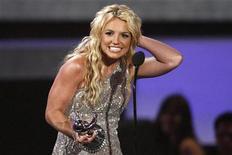 """<p>Foto de archivo de la cantante estadounidense Britney Spear con el premio al mejor video pop por """"Piece of Me"""" en los premios MTV en Los Angeles, EEUU, 7 sep 2008. El nuevo sencillo de la cantante Britney Spears ,""""Womanizer"""", saltó el miércoles a lo más alto de la lista de los 100 temas más pedidos de la revista Billboard, en el regreso musical de la artista luego de que hizo noticias por problemas en su vida personal. REUTERS/Mario Anzuoni</p>"""