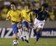 <p>Kaká tenta fugir da marcação do colombiano Bedoya em jogo entre as equipes, quarta-feira, no Maracanã. A partida acabou 0x0. REUTERS/Sergio Moraes</p>