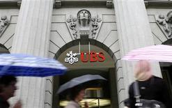 <p>Dos grandes bancos suizos recibirán fondos de emergencia del Gobierno local y otros inversores para apuntalarlos contra la crisis financiera, dijeron el jueves ambas firmas. En la imagen, varias personas pasan junto a una oficina del banco suizo UBS en Zúrich, el 16 de octubre de 2008. REUTERS/Arnd Wiegmann</p>