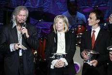 """<p>Foto de archivo de los miembros de los Bee Gees tras ser galardonados en los premios BMI Pop en Beverly Hills, California, EEUU, 15 mayo 2007. Un grupo de médicos estadounidenses descubrió que el clásico tema musical de Bee Gees """"Stayin' Alive"""" brindaría el ritmo ideal a seguir mientras se realizan compresiones de pecho como parte de la resucitación cardiopulmonar a una víctima de infarto. REUTERS/Fred Prouser</p>"""