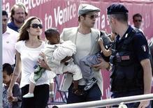 <p>Gli attori Brad Pitt e Angelina Jolie con i loro bambini Maddox, Shiloh, Zahara e Pax a Venezia, nel settembre del 2007. REUTERS/Stefano Rellandini</p>