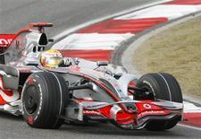 <p>Piloto da Mclaren Lewis Hamilton durante treino livre para o GP da China de F1, nesta sexta-feira, em Xangai. REUTERS/Nir Elias</p>