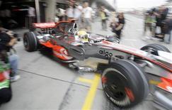 <p>O piloto Lewis Hamilton sai dos boxes da McLaren em treino para o Grande Prêmio da China, em Xangai, no dia 17 de outubro. O atual líder da Fórmula 1, viu seu estilo de pilotar ser novamente questionado na quinta-feira, em Xangai, dia em que surgiram reclamações sobre o comportamento dele nas pistas. REUTERS/Jason Lee (CHINA)</p>