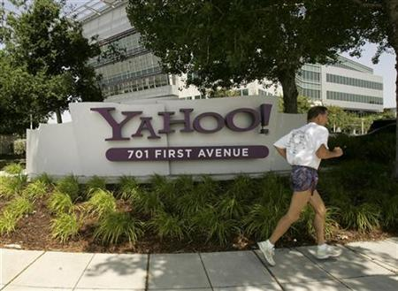 A man runs past the headquarters of Yahoo in Sunnyvale, California, May 5, 2008. REUTERS/Robert Galbraith