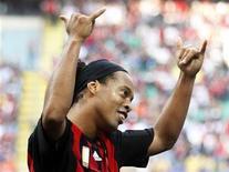 <p>Il milanista Ronaldinho festeggia uno dei suoi due gol oggi alla Samp. REUTERS/Stefano Rellandini (ITALY)</p>