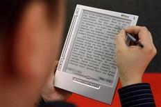 <p>Un cliente prueba el dispositivo para la lectura electrónica iRex iLiad en la Feria del Libro de Fráncfort, 18 oct 2008. REUTERS/Alex Grimm (GERMANY)</p>