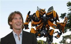 """<p>El director Michael Bay sonríe en el estreno de """"Transformers"""" en Los Angeles, California, 27 jun 2007. """"Transformers"""", la línea de juguetes de Hasbro que llegó a la pantalla grande en la exitosa versión fílmica de Michael Bay, también será desarrollada como parte del parque temático de Universal Studios. El estudio señaló el lunes que la atracción será presentada en tres dimensiones y con alta definición, con efectos especiales y robóticas a través de un sistema de juego de paseo. REUTERS/Mario Anzuoni (EEUU)</p>"""