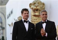 """<p>Os atores Brad Pitt e George Clooney no Festival de Cinema de Veneza. """"Queime Depois de Ler"""", com Brad Pitt e George Clooney, liderou as bilheterias britânicas em sua estréia no fim de semana passado. 27 de agosto.REUTERS/Max Rossi</p>"""