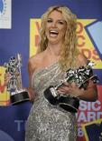 <p>Foto de archivo de la cantante estadounidense Britney Spears junto a sus trofeos obtenidos en los premios MTV en Los Angeles, EEUU, 7 sep 2008. Un juez declaró nulo el martes el juicio a la cantante Britney Spears, quien estaba acusada de conducir sin licencia, luego de que el jurado dijo que estaba estancado en una votación 10-2 en favor de absolver a la estrella de la música pop. REUTERS/Phil McCarten</p>