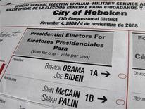 <p>Una boleta oficial de elección general para las elecciones presidenciales estadounidenses para ciudadanos y miembros de las fuerzas armada es exhibida en Hoboken, Nueva Jersey, EEUU, 21 oct 2008. La página en Internet de la agencia estatal de Ohio que maneja el registro electoral e información referente a la votación fue cerrada brevemente tras ser saboteada, dijo el martes una funcionaria. REUTERS/Gary Hershorn</p>