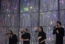 <p>Foto de archivo del grupo británico Take That durante los premios a la música británica en Londres, 14 feb 2007. La banda británica de música pop Take That actuará en los premios MTV Europa en Liverpool el próximo mes, 14 años después de que participaron en la primera edición de la ceremonia anual, ocasión en la que fue realizada en la Puerta de Brandenburgo en Berlín. REUTERS/Kieran Doherty</p>