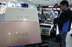 <p>Un hombre mira a un computador portátil Vaio de Sony en una exhibición en Singapur 5 sep 2008. Sony Corp recortó su pronóstico de ganancias operacionales para el año en 57 por ciento, a una meta muy inferior a la estimado por el mercado, en la segunda revisión negativa del 2008 por la fortaleza del yen y la desaceleración del consumo de televisores de pantalla plana y cámaras digitales. REUTERS/Vivek Prakash (SINGAPUR)</p>