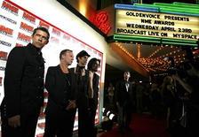 <p>Integrantes da banda Jane's Addiction chegam à cerimônia dos prêmios NME em Los Angeles em abril de 2008. A formação original da banda vai se apresentar pela segunda vez neste ano, na quinta-feira, dando sinais de que o retorno da pioneira banda de rock alternativo, depois de 17 anos de separação, pode ser sólido. REUTERS/Mario Anzuoni</p>