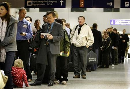 Passengers wait for a security check at Frankfurt airport, March 5, 2008. REUTERS/Kai Pfaffenbach