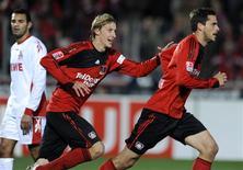 <p>Manuel Friedrich (dir) é seguido pelo companheiro de equipe, Kiessling, após ter feito gol contra o Colônia em 24 de outubro na Alemanha. O Bayer Leverkusen subiu para a primeira posição do Campeonato Alemão por ao menos duas noites ao vencer por 2 x 0 o vizinho Colônia nesta sexta-feira. REUTERS/Wolfgang Rattay</p>